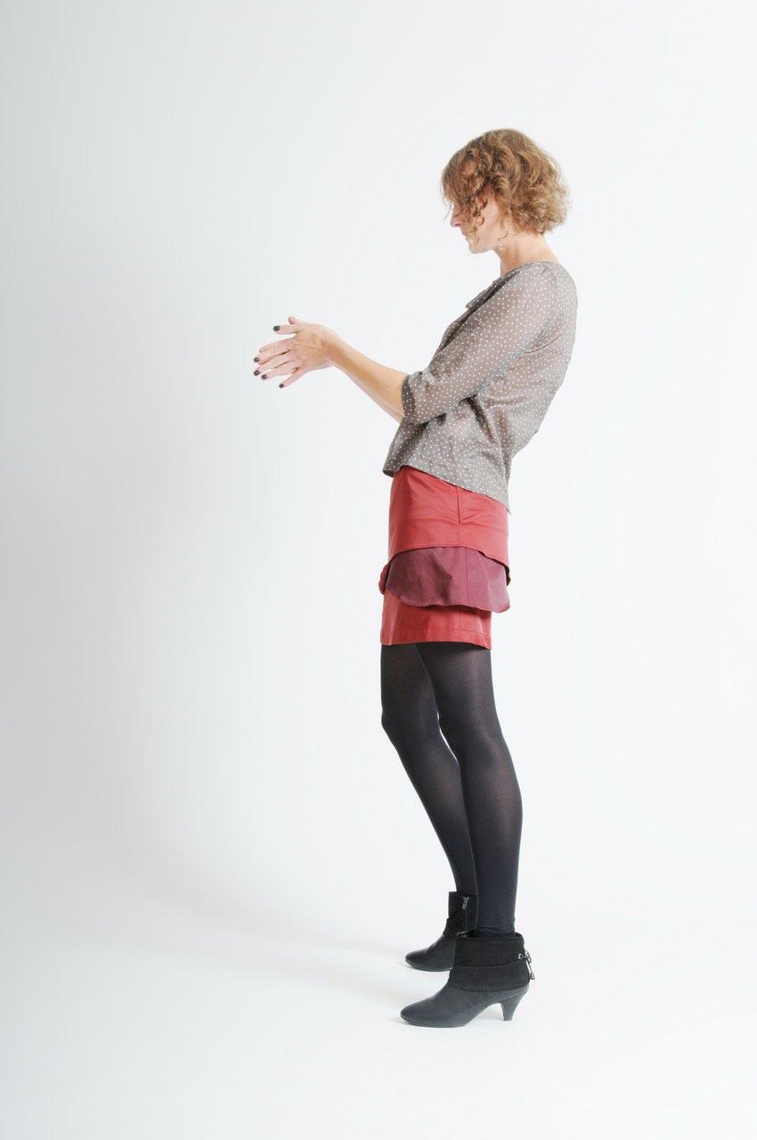 MADEVA collection automne hiver 11/12 Haut droit manches trois/quart empiecements noeud devant boutonnage dos coton gris/kaki poids blancs Mona Jupe Cecile