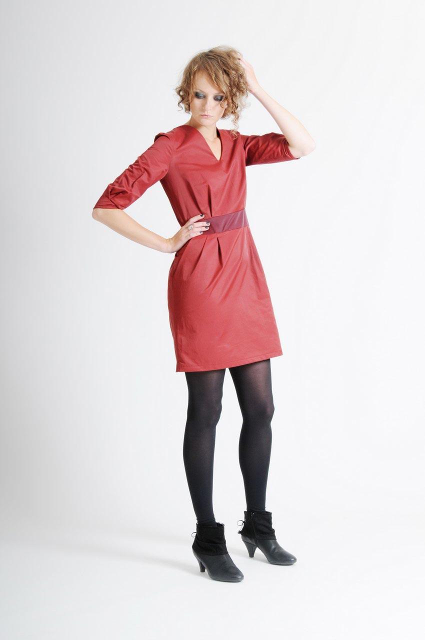 MADEVA collection automne hiver 11/12 Robe ceintree manches trois/quart col V poches italiennes coton rouge brique ceinture pourpre Sonya