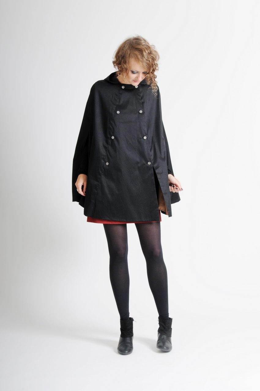 MADEVA collection automne hiver 11/12 Cape capuche poches devant double boutonnage gabardine coton impermeable noir Lolita