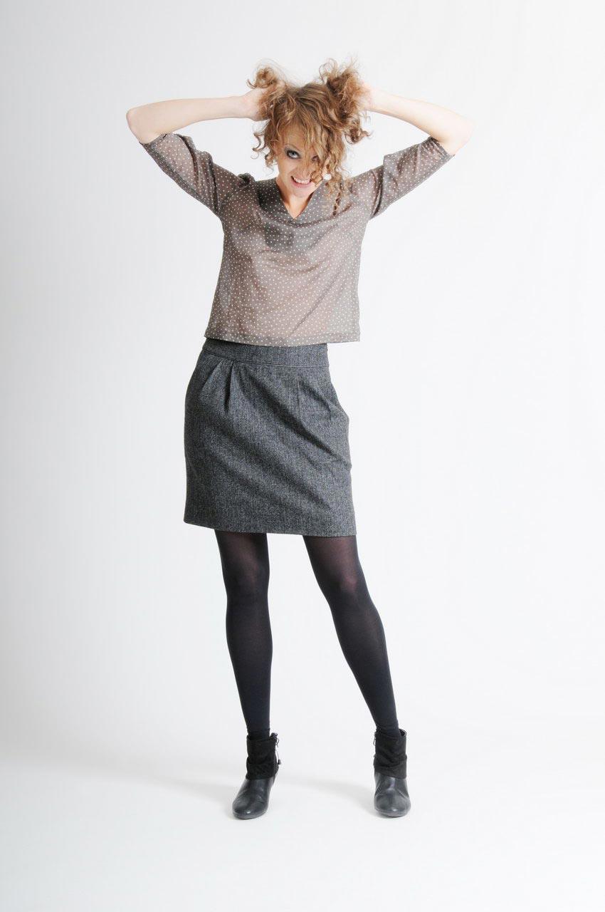 MADEVA collection automne hiver 11/12 Haut droit manches trois/quart encolure V coton gris/kaki poids blancs Sophie Jupe droite plis devant/dos laine gris chine Ida