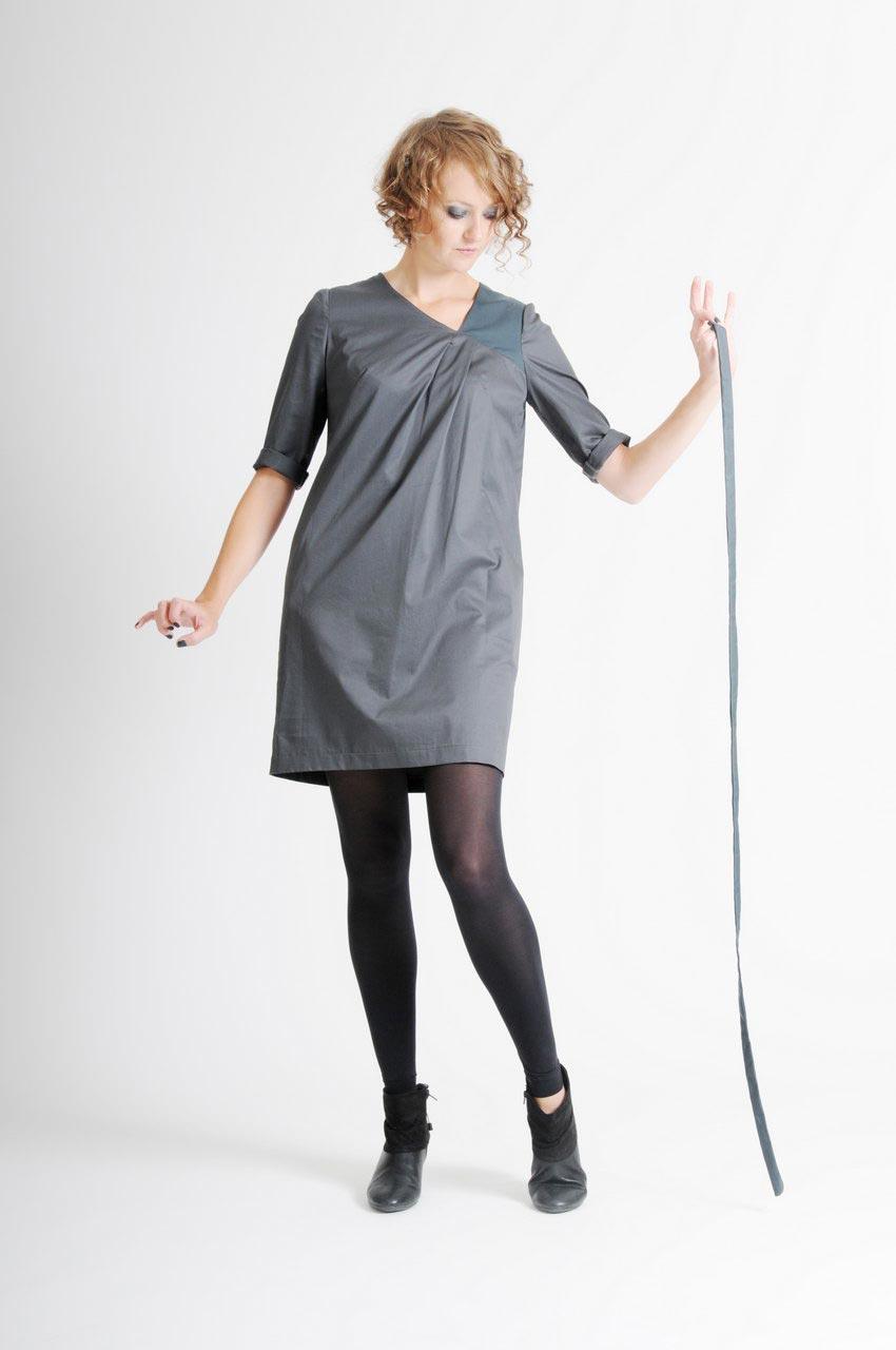 MADEVA collection automne hiver 11/12 Robe droite manches trois/quart encolure asymetrique deux plis devant gabardine coton gris Simone