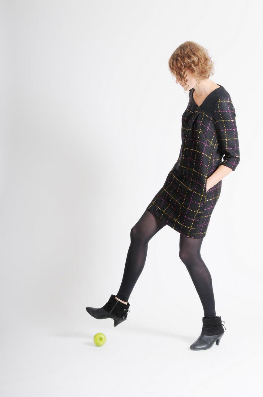 MADEVA collection automne hiver 11/12 Robe droite manches trois/quart encolure asymetrique deux plis devant laine noir carreaux violet/jaune Simone