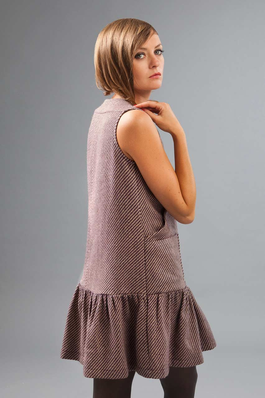 MADEVA collection automne hiver 2012/13 Robe chasuble evasee dessus genoux croisement devant poches plaquees volants bas laine rose Tara