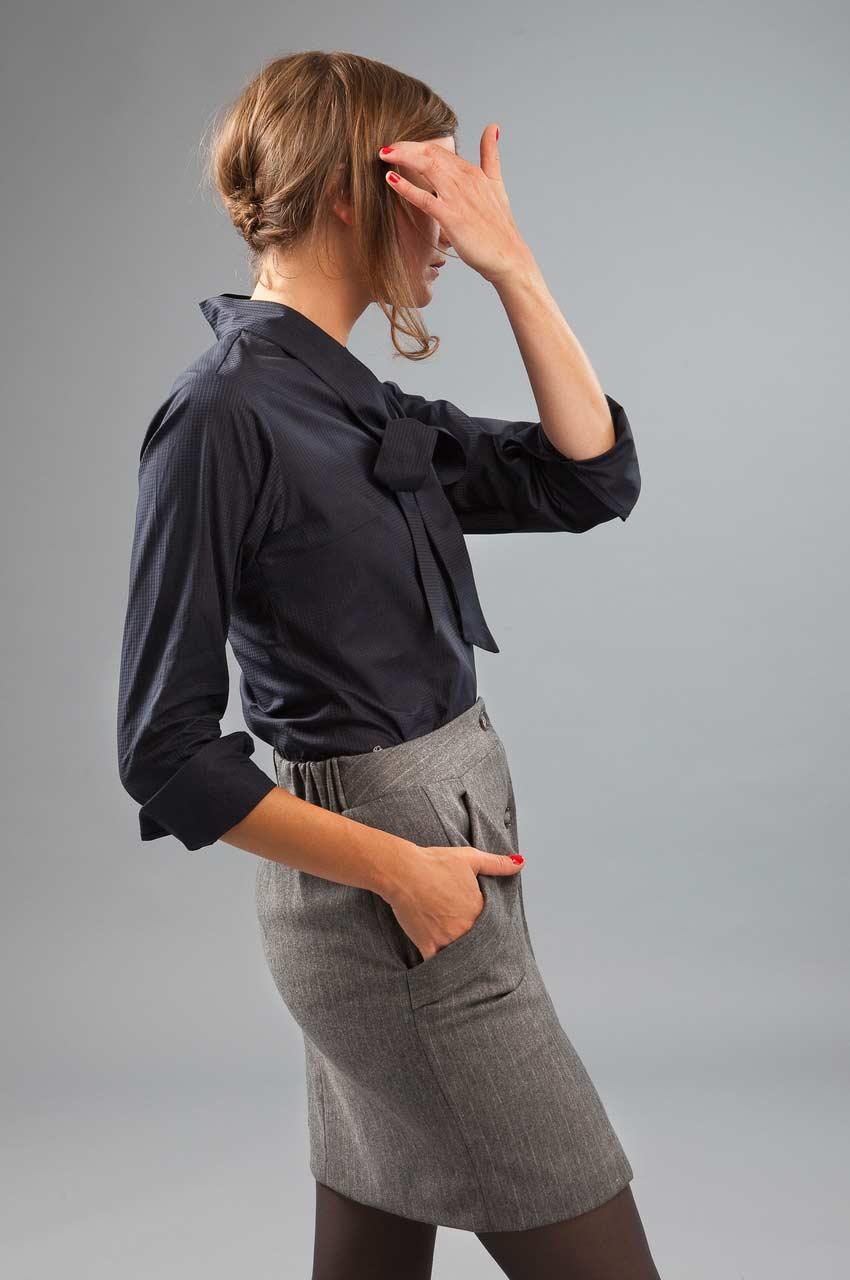 MADEVA collection automne hiver 2012/13 Jupe droite boutonnage devant grandes poches italiennes elastique dos laine gris Tilda chemisier bleu Laura